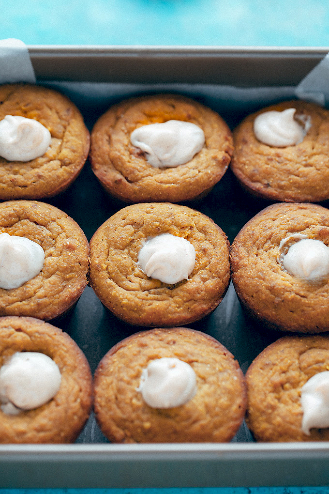 DIY maple corn muffins with pumpkin spice and cashew filling (via neuroticmommy.com)