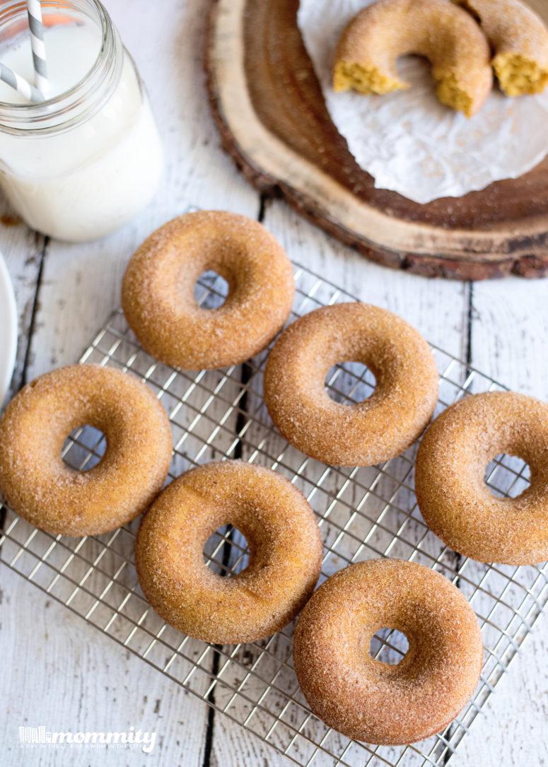 DIY pumpkin spice donuts (via www.mommity.com)