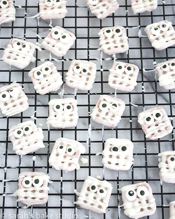 DIY mummy pretzel bites (via sarahsbakestudio.com)