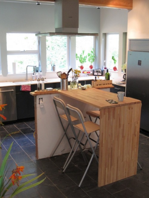 DIY Lagan solid wood countertops into a kitchen island (via www.shelterness.com)