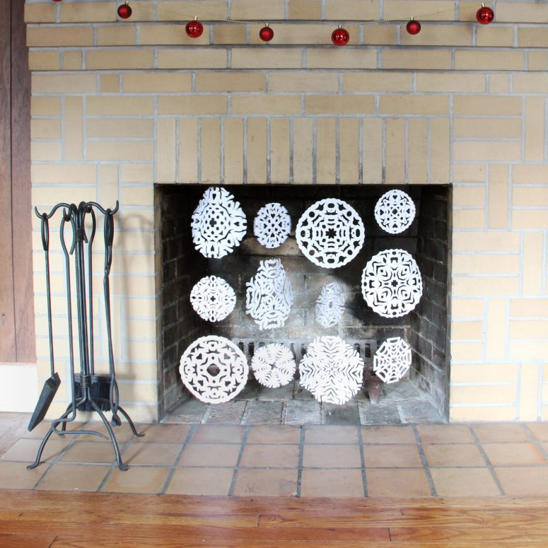 DIY paper snowflake fireplace screen (via www.wecanmakeanything.net)