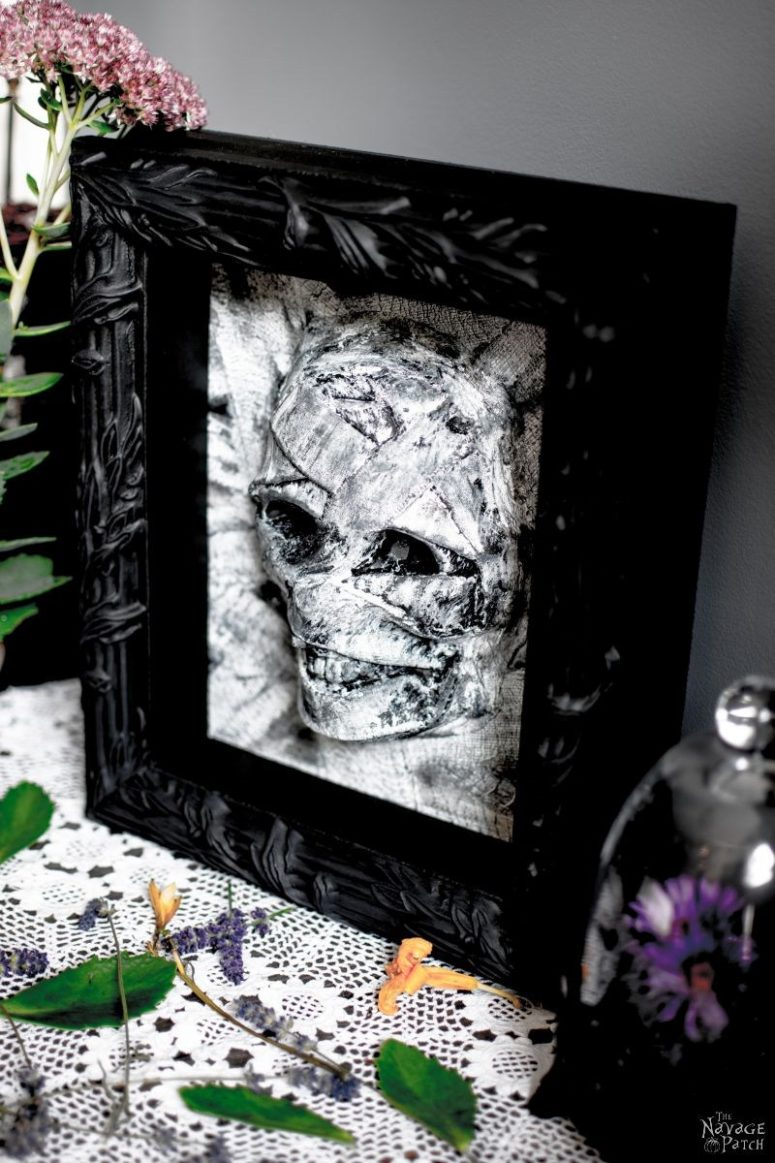 DIY framed mummy decoration (via www.thenavagepatch.com)