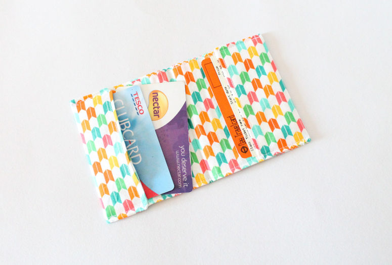 DIY fabric card wallet (via www.liveitloveitmakeit.com)