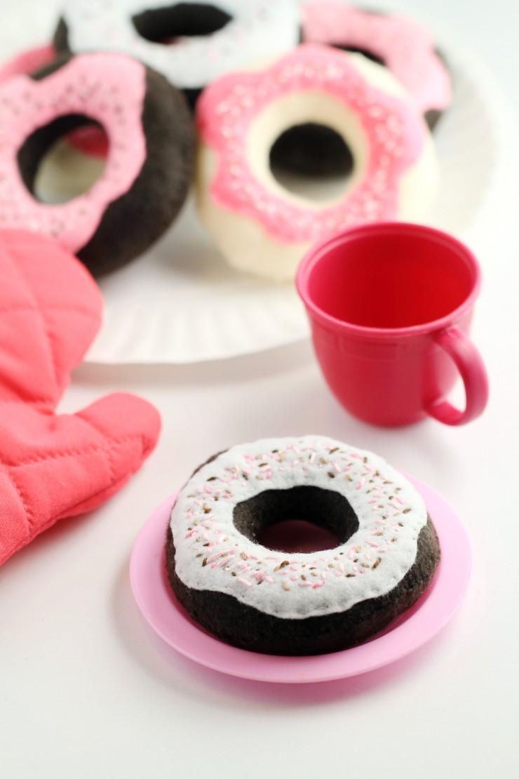 DIY toy donuts wiht glazing (via www.frugalmomeh.com)