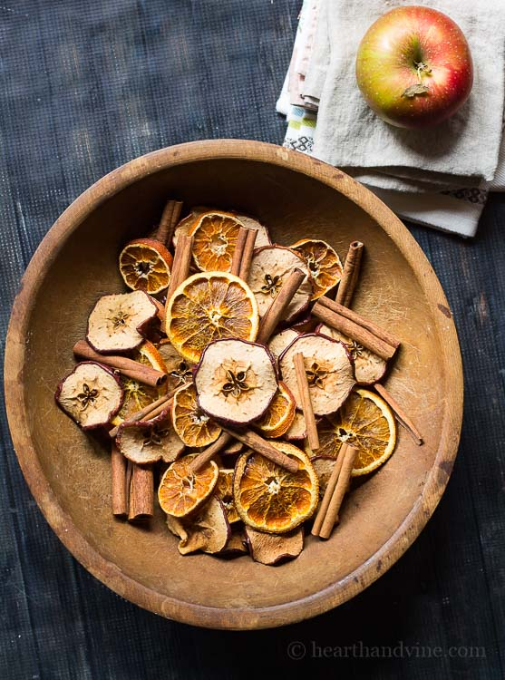 DIY potpourri with apples, cinnamon and citrus