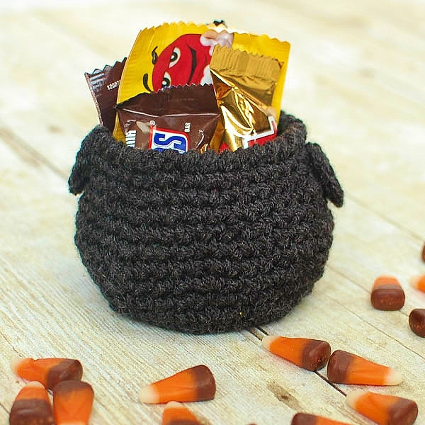 DIY cauldron Halloween crochet craft (via www.petalstopicots.com)