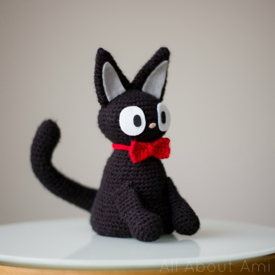 DIY amigurumi black cat with a red bow