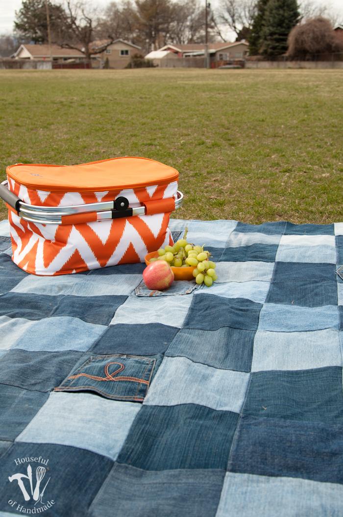 DIY denim water-resistant blanket (via housefulofhandmade.com)