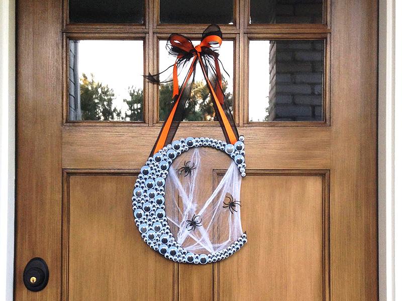 DIY Halloween monogram wreath with googly eyes