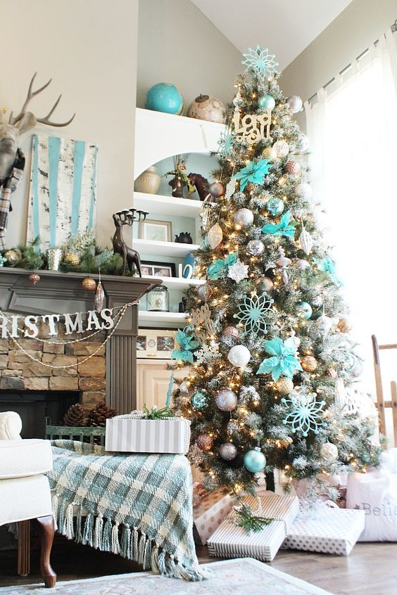 turquoise ornaments and some fabric flowers are enough to add a colorful touch