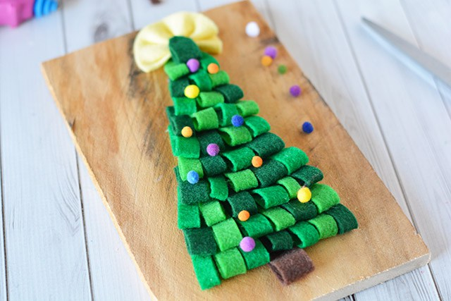 DIY pallet Christmas tree sign of felt (via www.shrimpsaladcircus.com)