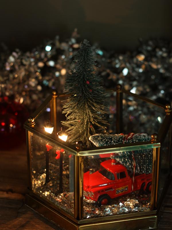 DIY Christmas scene terrarium (via thesweetescape.ca)