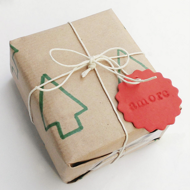 DIY wrapping paper with marker decor (via www.leideedellavale.com)