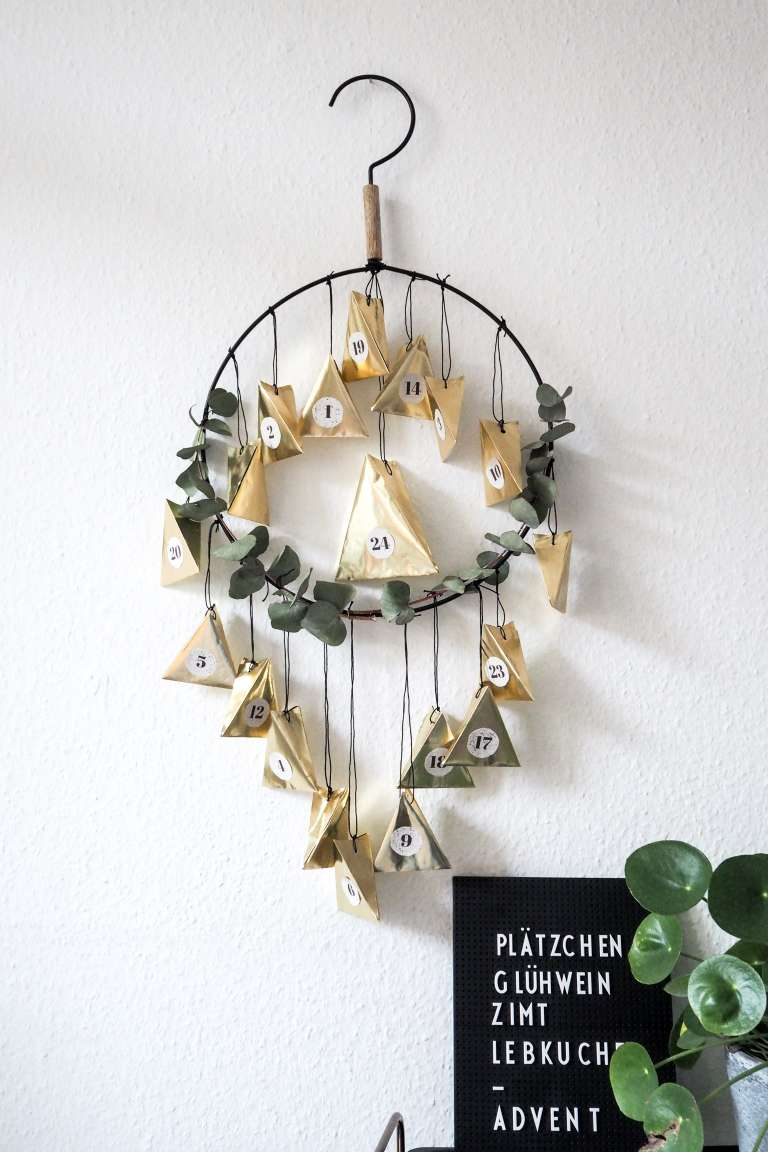 DIY eucalyptus and shiny foil calendar (via www.paulsvera.com)