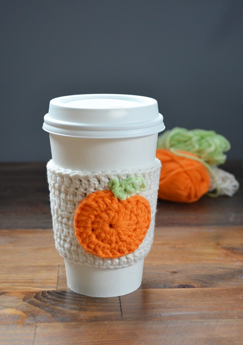 DIY crochet pumpkin coffee cup cozie (via www.shelterness.com)