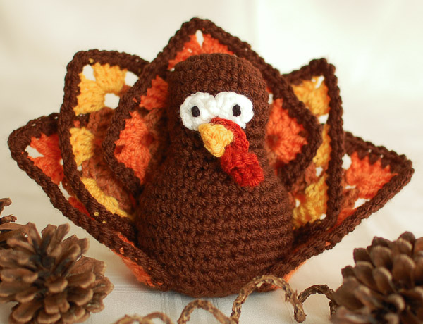 DIY crochet Thanksgiving turkey (via www.petalstopicots.com)