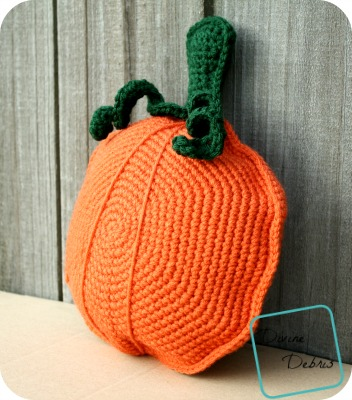 DIY amigurumi crochet pumpkin pillow (via divinedebris.com)