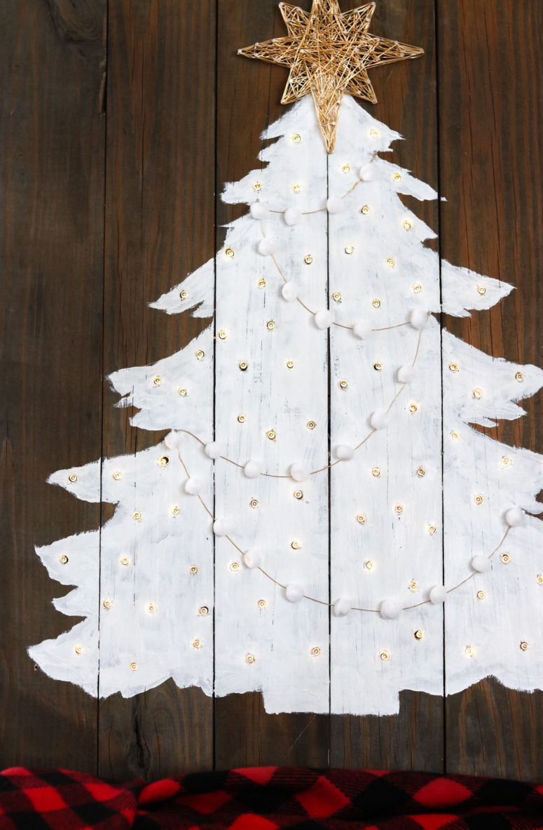 DIY pallet Christmas tree with lights (via www.lilyardor.com)
