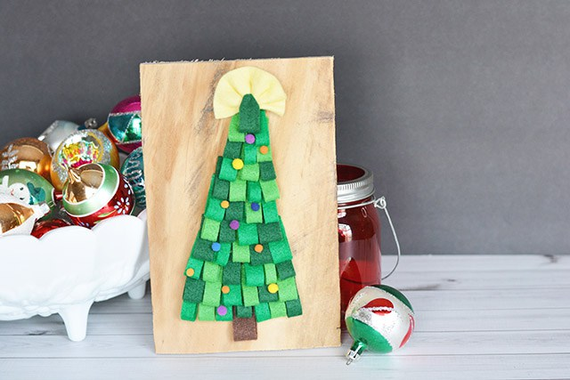 DIY pallet and felt Christmas tree (via www.shrimpsaladcircus.com)