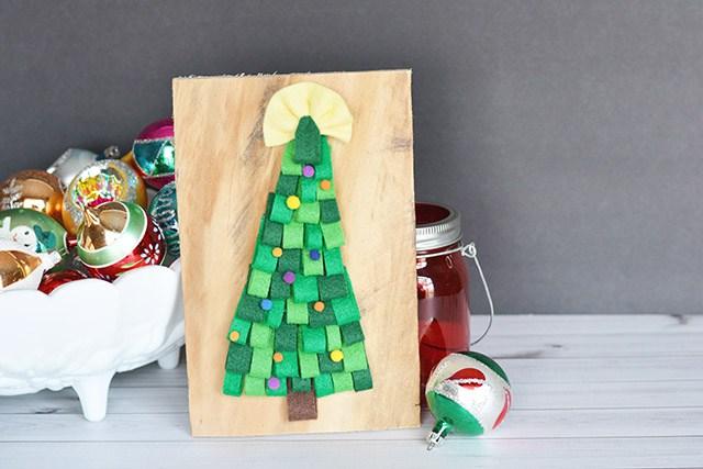 DIY pallet and felt Christmas tree (via www.shrimpsaladcircus.com)