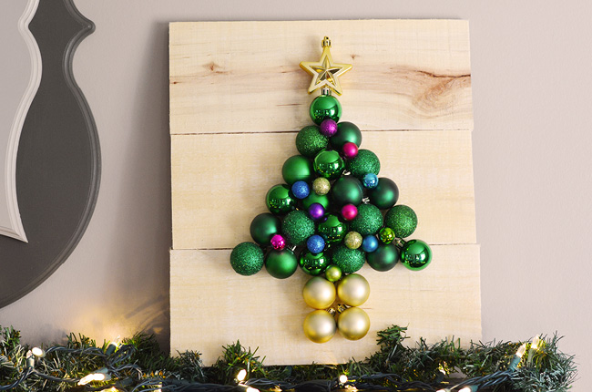 DIY pallet and Christmas ornament tree (via www.craftcreatecook.com)