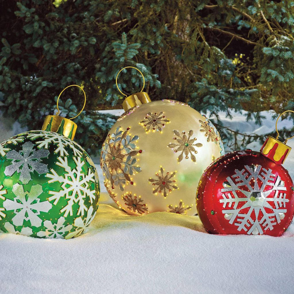 oversized shining ornaments to decorate your outdoor spaces look fantastic
