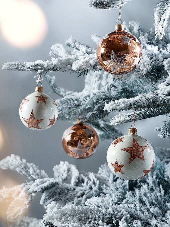 copper and white Christmas ornaments with stars look very chic and glam