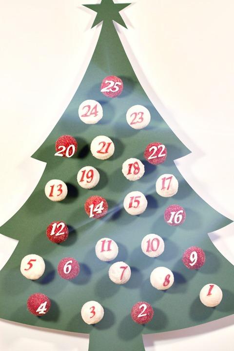 DIY cake pops advent calendar (via mammawearsprada.com)
