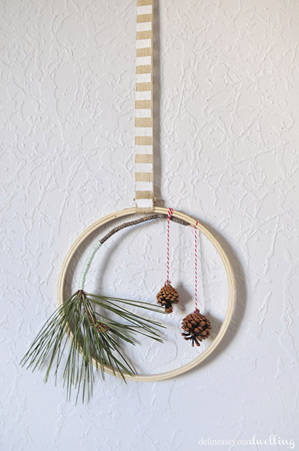 DIY evergreen hanging hoop wreath (via www.delineateyourdwelling.com)