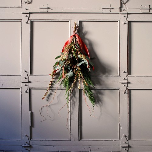 DIY holiday door swag (via www.designsponge.com)