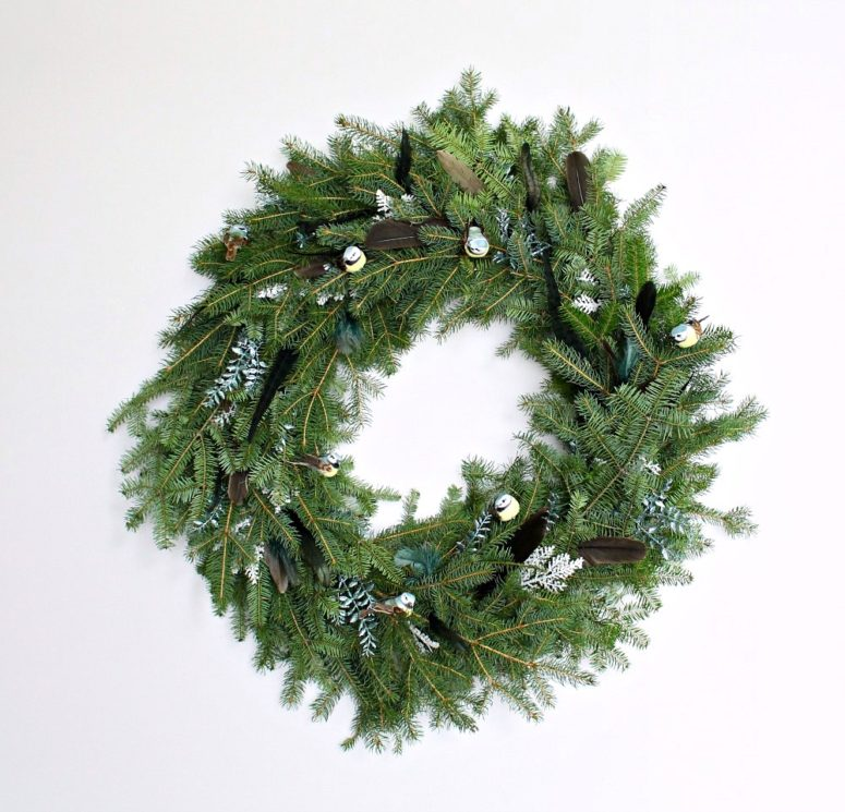 DIY evergreen, fake birds and feathers wreath (via www.danslelakehouse.com)