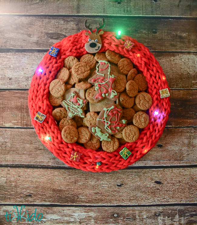 DIY ugly sweater knit Christmas tray (via tikkido.com)