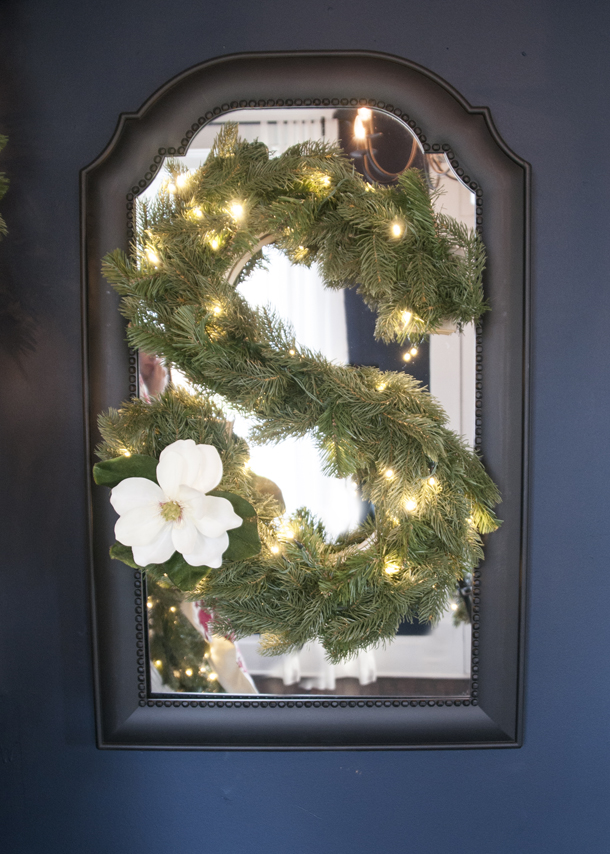 DIY monogram wreath with lights (via www.earnesthomeco.com)