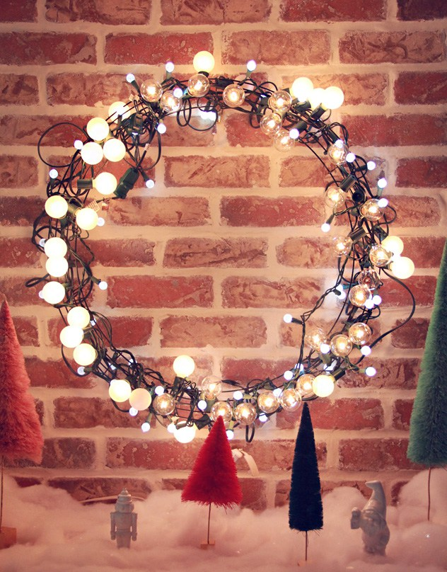 DIY globe lights Christmas wreath (via abubblylife.com)