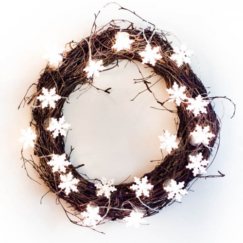 DIY twinkle light Christmas wreath (via www.shelterness.com)