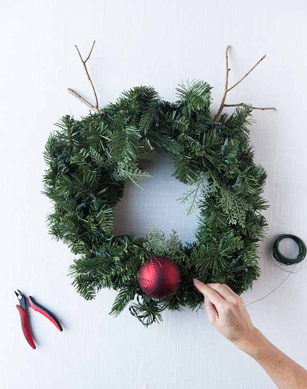 DIY Rudolph deer wreath (via sayyes.com)