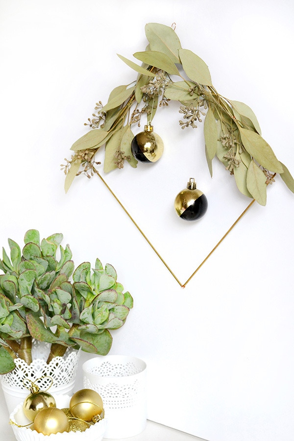 DIY minimalist holiday wreath (via www.curbly.com)