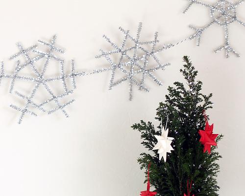 DIY silver snowflake garland (via www.vitaminihandmade.com)