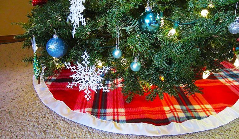 DIY plaid Christmas tree skirt with satin (via www.sewingmachinesplus.com)