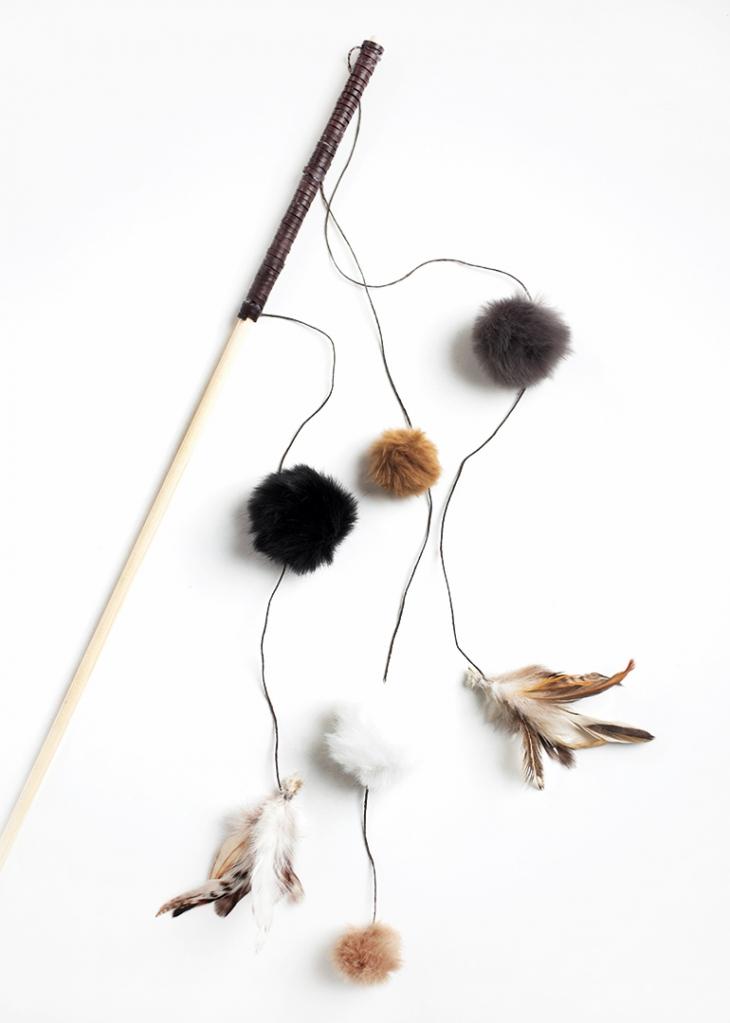 DIY feather and pompom cat fascinator (via themerrythought.com)