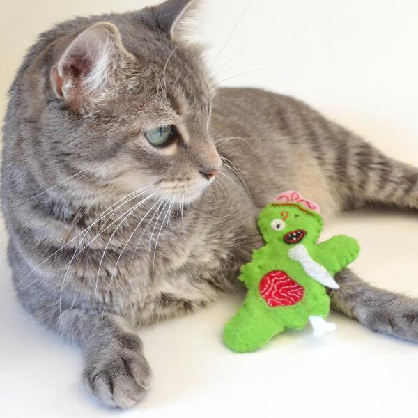 DIY felt zombie cat toys (via www.dreamalittlebigger.com)