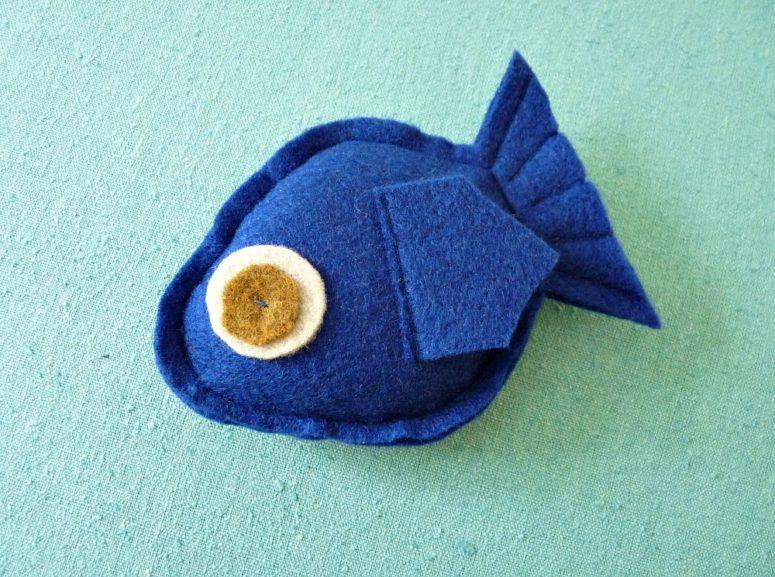 DIY fish-shaped catnip toy (via www.danslelakehouse.com)