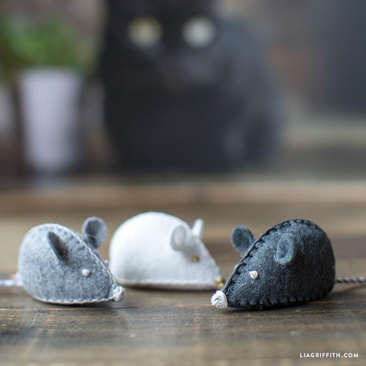 DIY felt mouse cat toy (via liagriffith.com)