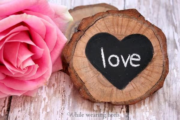 DIY wood slice coasters with chalkboard hearts (via whilewearingheels.blogspot.ru)