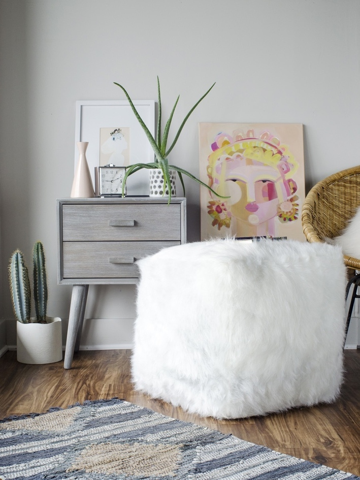 DIY fauf fur soft pouf (via www.curbly.com)
