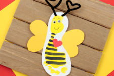 DIY Valentine's Day footprint bee card