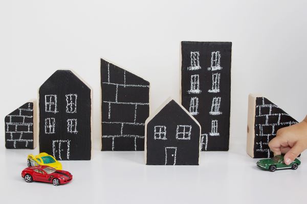 DIY chalkboard city blocks (via www.hellobee.com)