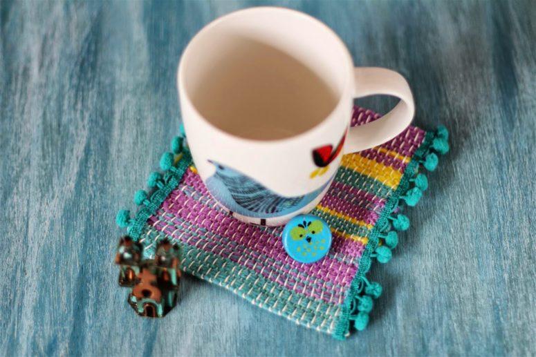 DIY woven loom mat coaster with pompoms (via emusing-emma.blogspot.ru)