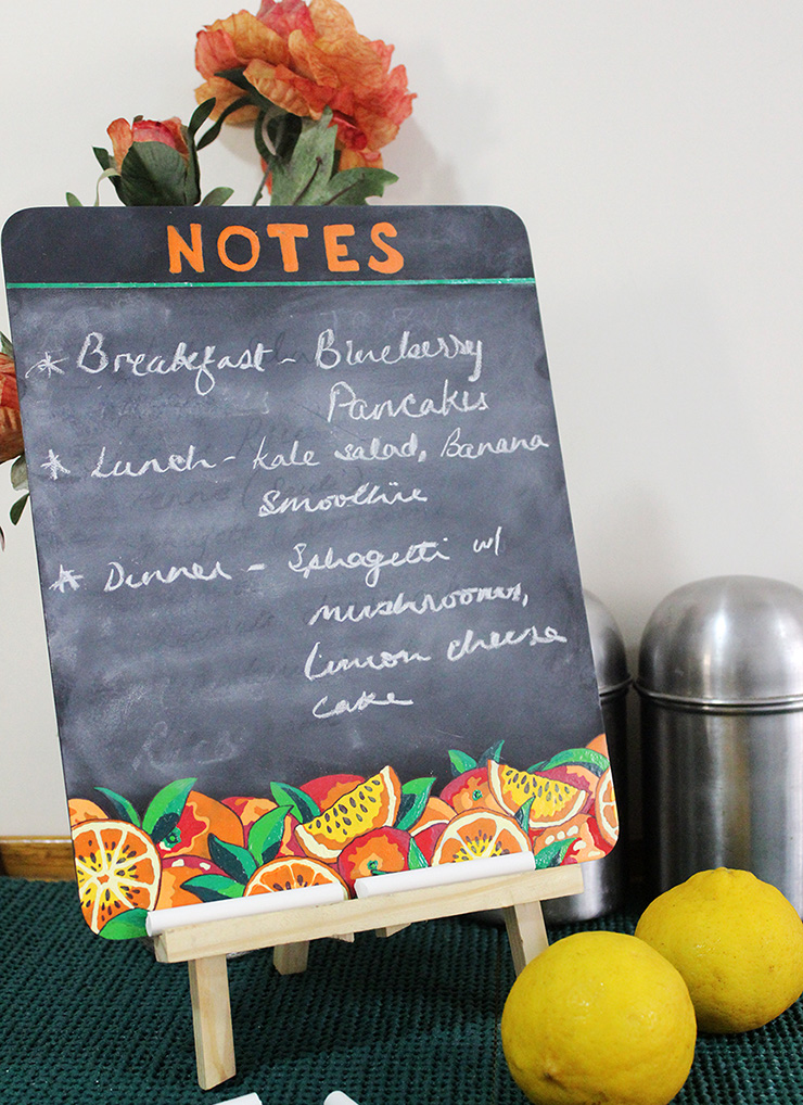 DIY decorative framed chalkboard for kitchen with fruity decor (via thecraftables.com)