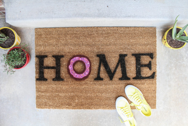DIY HOME donut door mat (via www.letsmingleblog.com)